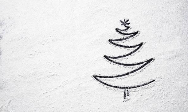 Black Christmas Tree auf verschneiten Mehl Hintergrund. Ansicht von oben – Foto