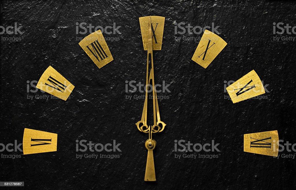 Relógio de Ouro Preto, com braços, indicando é uma questão de tempo. - fotografia de stock
