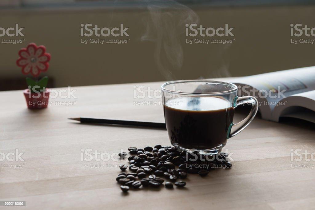 Black coffee cup with steam on office desk  table zbiór zdjęć royalty-free