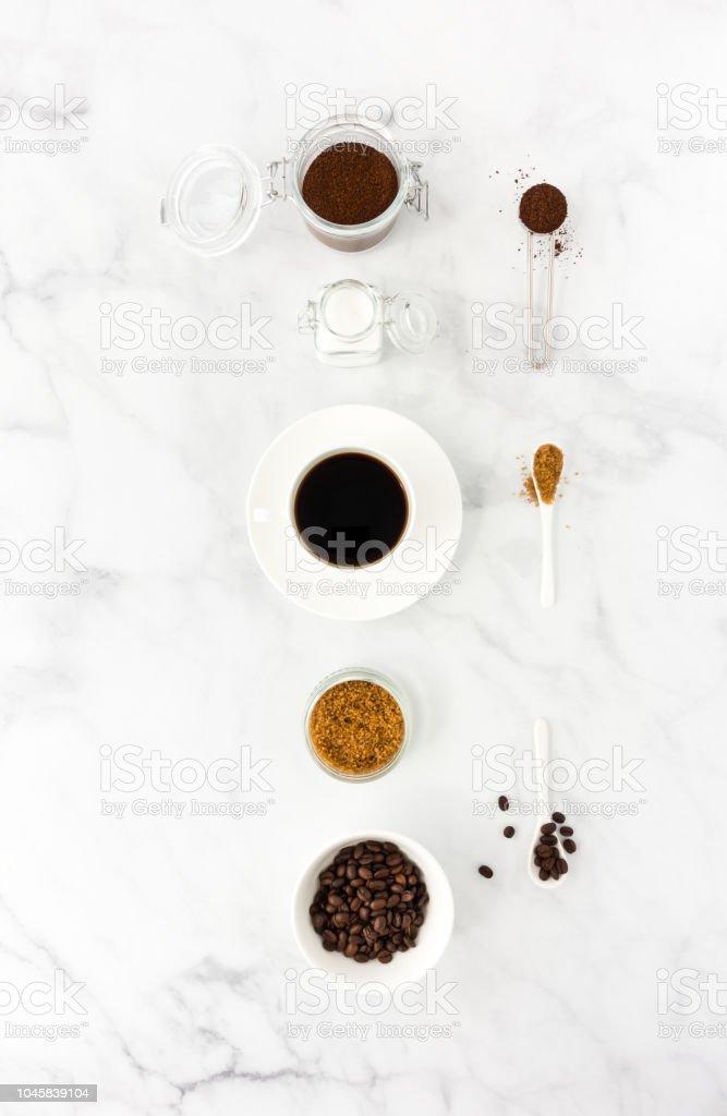 Schwarzer Kaffee in die Tasse, Zucker, gemahlenen Kaffee und Bohnen – Foto