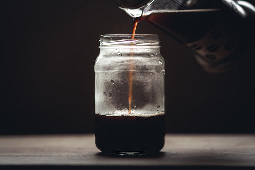 Zwarte Koffie In Glas Bij Weinig Licht Venster Licht Stockfoto en meer beelden van Bruin
