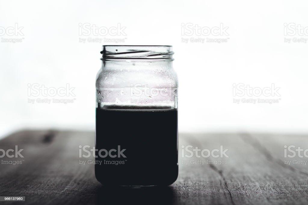 Zwarte koffie in glas bij weinig licht venster licht - Royalty-free Bruin Stockfoto