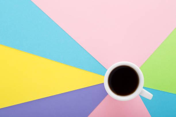 black coffee in weiße kappe auf pastell farbigen kreative hintergrund. - schwarzer kaffee net stock-fotos und bilder