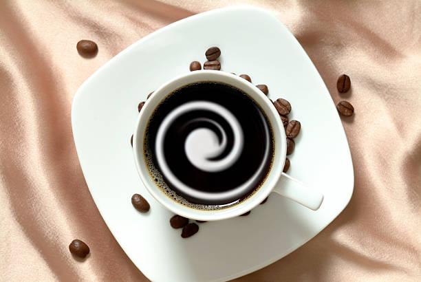 Schwarzer Kaffee mit Sahne in china cup, brown satin – Foto