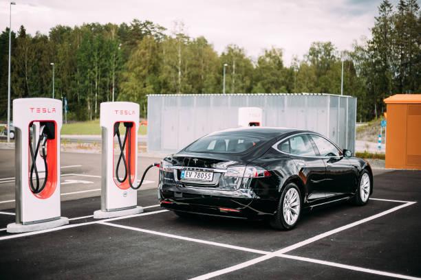 svart färg tesla model s 100d bil parkerad på laddstationen. tesla model s är en full-sized alla elektriska fem-dörrars, lyx liftback, producerad av tesla inc. - elbilar laddning sverige bildbanksfoton och bilder