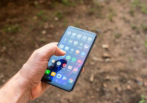 Black Colored Lg V30 Plus Smartphone In Hand - Fotografie stock e altre immagini di Adulto