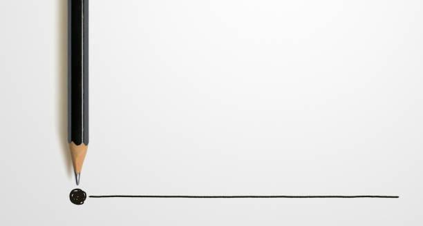 Schwarzer Farbstift mit Umriss zum Endpunkt auf weißem Hintergrund. Konzept der Kreativitätsinspiration – Foto
