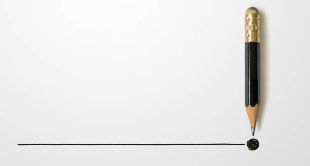 черный цветной карандаш с контуром до конца точки на фоне белой бумаги. творчество вдохновение идеи концепции - понятия и темы стоковые фото и изображения