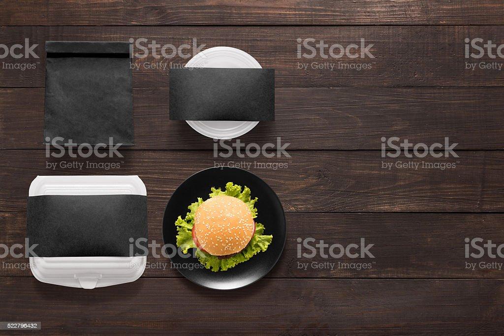 Ensemble noir burger de concept sur fond de bois. - Photo