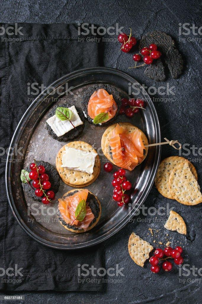 Biscoitos pretos com salmão e bagas - foto de acervo