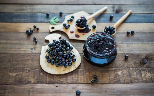 Schwarze Johannisbeere Marmelade mit frischen Beeren schwarze Johannisbeeren – Foto