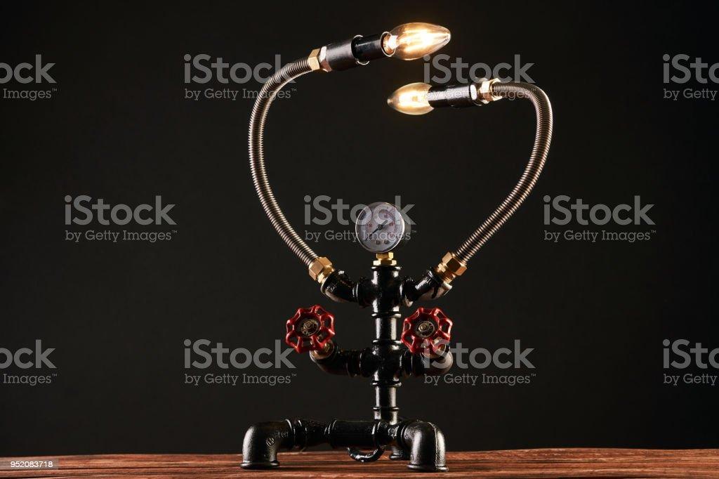 Lampe de bureau noir fait de conduites deau et manomètre manomètre