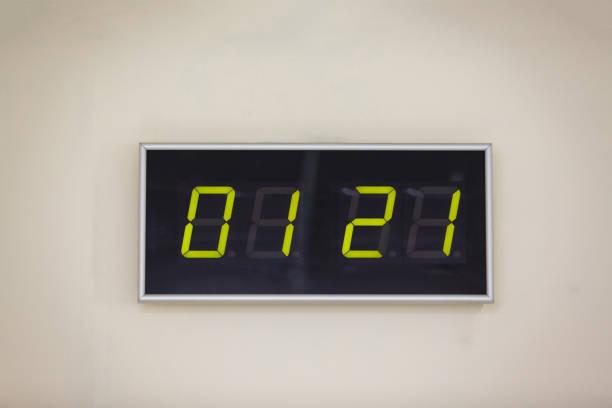 schwarz digitaluhr auf weißem hintergrund zeigt mal international; umarmung - led uhr stock-fotos und bilder