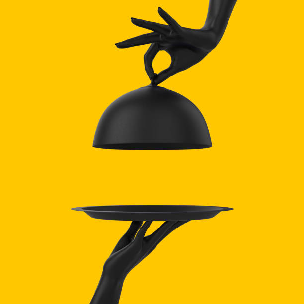 plat noir avec le couvercle retenant les mains d'isolement sur le jaune, ouvert cloche de restaurant, concept de bannière de promotion de temps de lancement.  rendu 3d - main service photos et images de collection