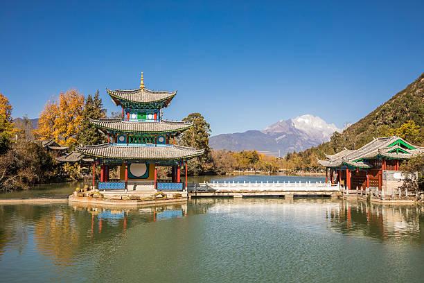 black dragon pool, lijiang,yunnan - teichfiguren stock-fotos und bilder