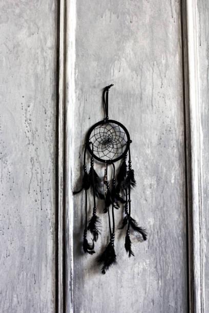 schwarzer traumfänger - traumfänger zeichnung stock-fotos und bilder