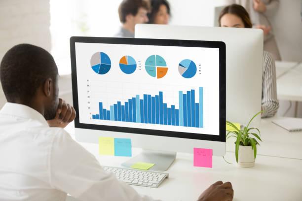 검은 직원 pc에 대 한 통계 보고서를 준비 하는 그래픽 데이터 분석 - 분석 보기 뉴스 사진 이미지