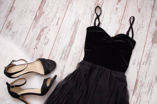 black evening dress and shoes on a wooden background. fashion concept. top view, space for text - sukienka zdjęcia i obrazy z banku zdjęć