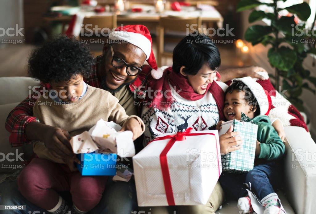Noel tatil keyfini bir siyah aile stok fotoğrafı