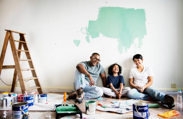 siyah aile boyama evi duvar - boya boyamak stok fotoğraflar ve resimler