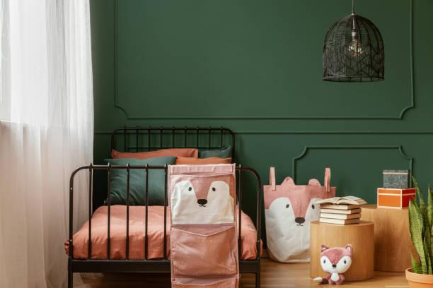 schwarze phantasie kronleuchter in modischen teenager-schlafzimmer mit einzelbett - fuchs kissen stock-fotos und bilder
