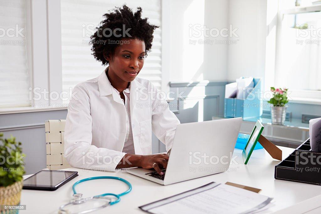 Schwarz Ärztin mit weißer Mantel zu arbeiten – Foto