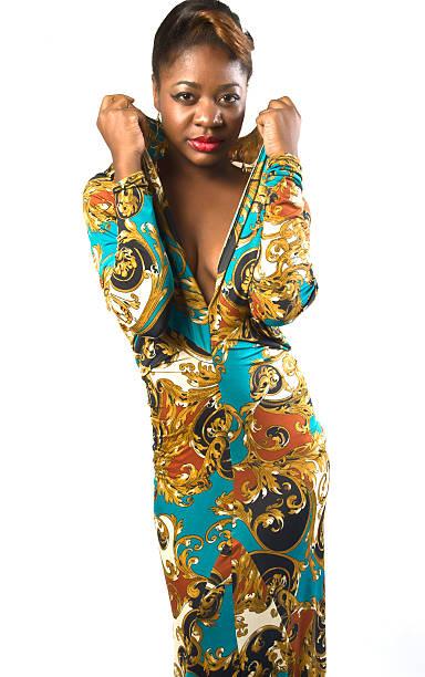 schwarze weibliche mode model in farbenfroh gemusterte kleid mit dekolleté - frau tiefer ausschnitt stock-fotos und bilder