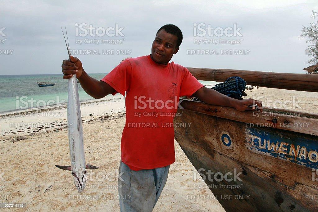 black Fisherman segurando peixe de Zanzibar - foto de acervo