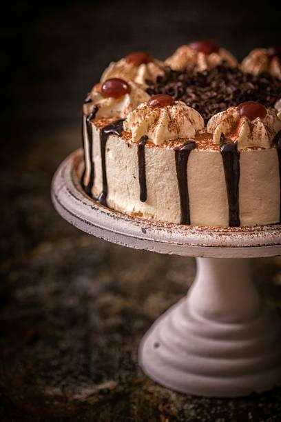 black forest cake - deutscher schokoladen zuckerguss stock-fotos und bilder