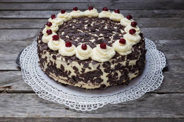 Schwarzwälder Kirschtorte Kuchen auf grauem Hintergrund aus Holz – Foto
