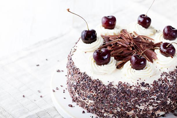 black forest cake, den schwarzwald pie, dunkle schokolade und cherry dessert. - deutscher schokoladen zuckerguss stock-fotos und bilder