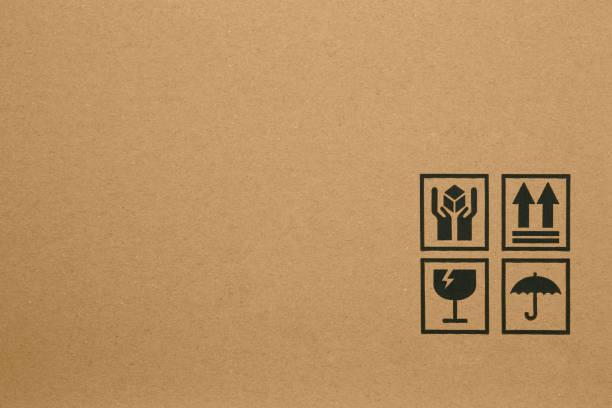 골판지 상자에 검은 깨지기 쉬운 기호 - 취급 주의 표지판 뉴스 사진 이미지