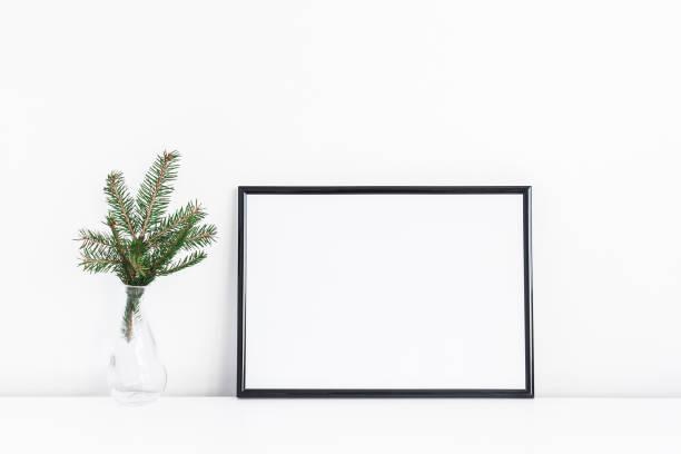 schwarzer rahmen und weihnachtsbaum äste. vorderansicht - regal schwarz stock-fotos und bilder