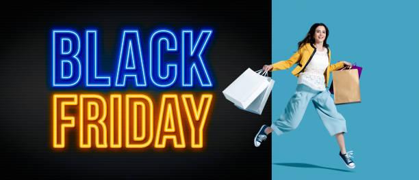 black friday werbung mit fröhlichen shopping-mädchen - neontasche stock-fotos und bilder