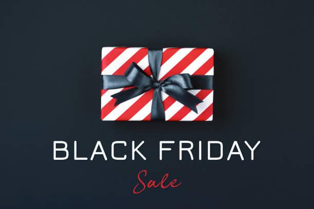 boîte de cadeau vendredi noir. - black friday photos et images de collection