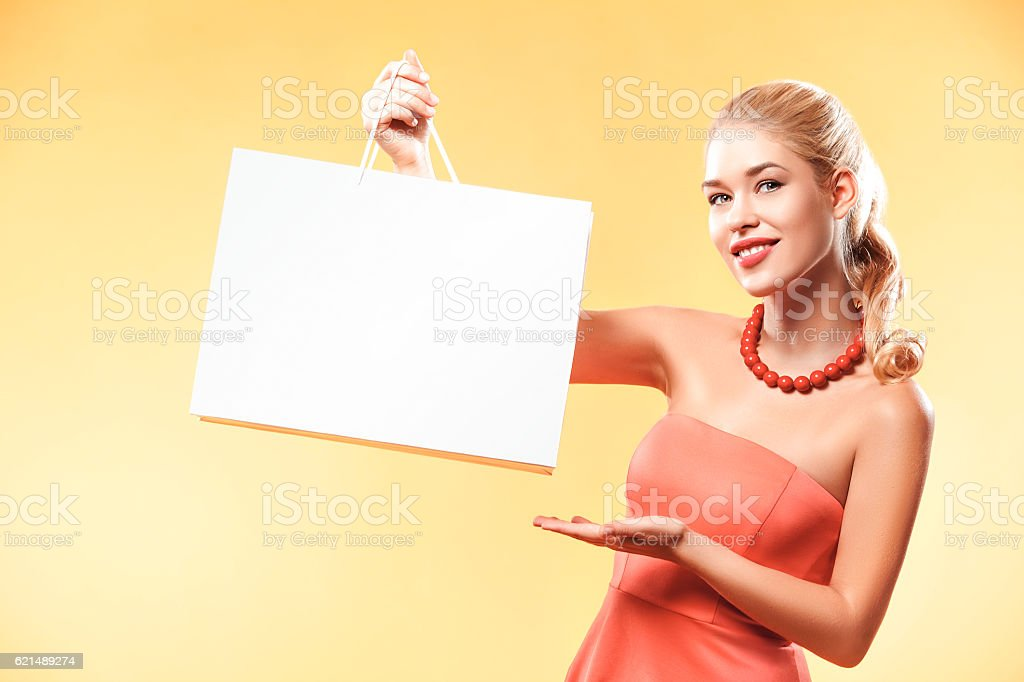 Black friday. Happy young woman shopping in holiday. Girl showing foto stock royalty-free