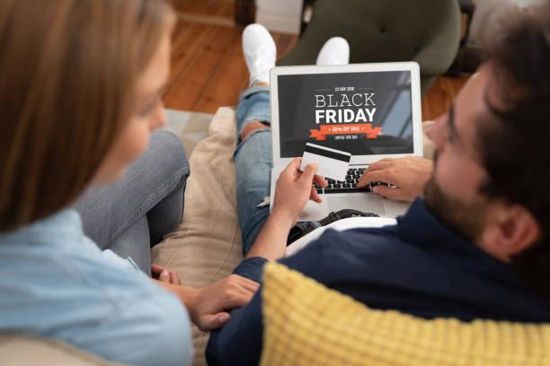 vente de promotion vendredi noire sur écran d'ordinateur portable - black friday photos et images de collection