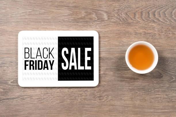 schwarzer freitag verkauf, schwarz / weiß-text in digital-tablette am bürotisch - laminat günstig stock-fotos und bilder
