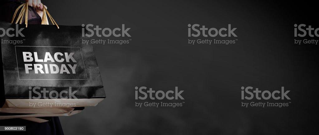Schwarzer Freitag Verkauf Konzept der jungen Frau mit Einkaufstasche auf dunklem Hintergrund mit Kopie Raum Mode-Stil – Foto