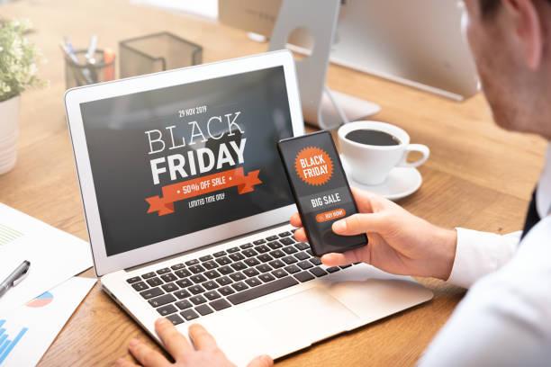 vente de vendredi noir sur l'ordinateur portatif et l'écran de téléphone - black friday photos et images de collection