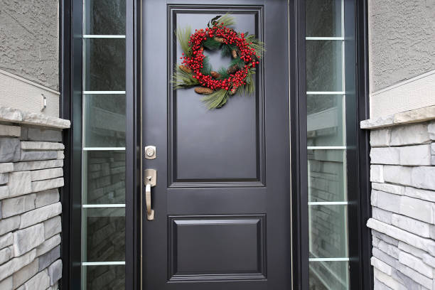 schwarze front tür roter berry weihnachtswein - deko hauseingang weihnachten stock-fotos und bilder
