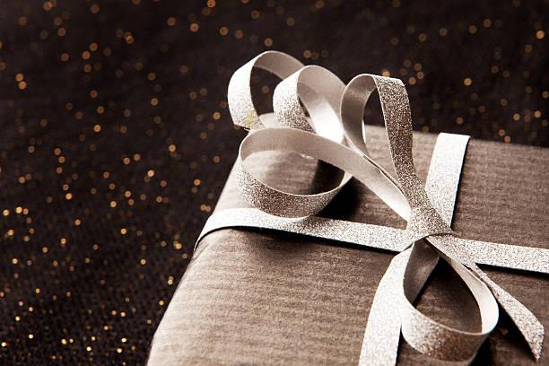 Black Geschenk-box auf glänzendem Hintergrund. – Foto