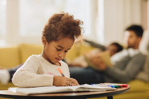 Zwarte Meisje Genieten Tijdens Het Tekenen Lagen In Het Notaboek Thuis Stockfoto en meer beelden van Afrikaanse etniciteit