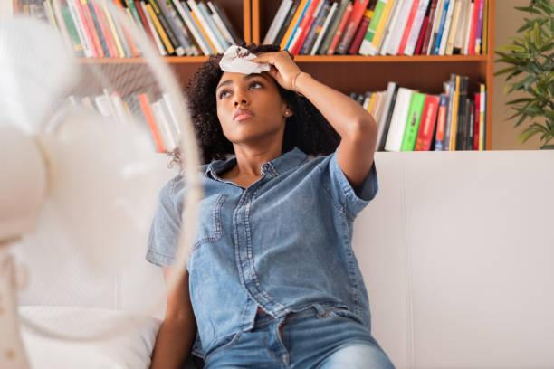 svart flicka mår dåligt för sommar värmen haze - feber bildbanksfoton och bilder