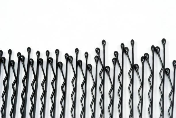 schwarzes haar pin auf weißem hintergrund und multi farbe gummibänder für haare, schönheit zubehör - haarnadeln stock-fotos und bilder