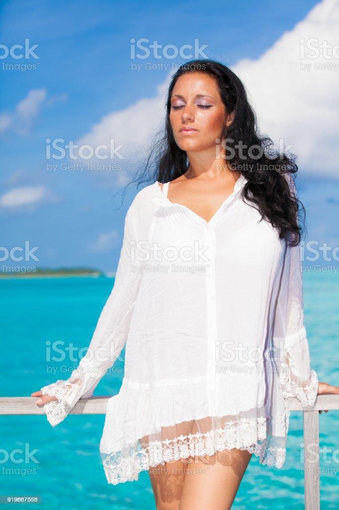 Noire En De Cheveux Libre Blanche Sur Femme Robe Droit Aux Photo 0Nm8Ovwn