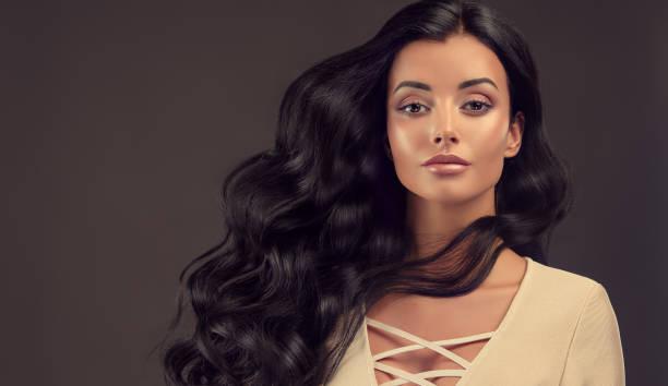 hacimli, parlak ve kıvırcık saç modeli ile siyah saçlı kadın. kıvırcık saç. - kabarık saç stok fotoğraflar ve resimler