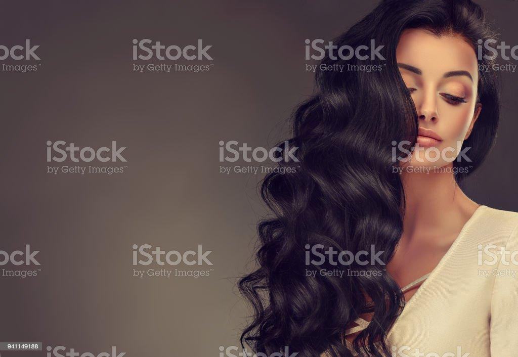 Schwarze Behaarte Frau Mit Voluminös Glänzend Und Lockige Frisur