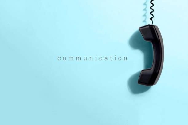 Schwarz Mobilteil auf blauem Grund. Networking, Social Media und Kommunikationskonzept. – Foto