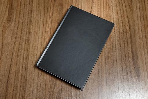 Photo Libre De Droit De Livre Relie Noir Sur La Surface En Bois Maquette Black Book Banque D Images Et Plus D Images Libres De Droit De